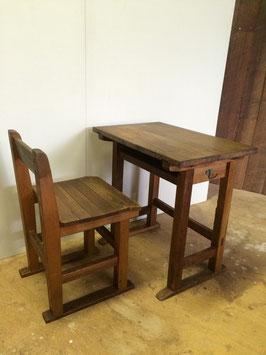 古い木製の小学校の机とイス