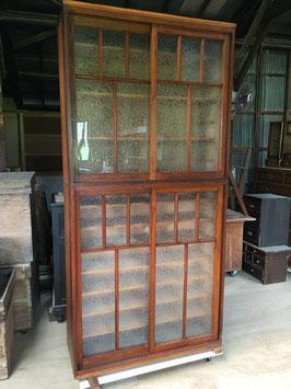 レトロな結霜ガラスの背高な食器棚