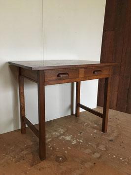 引き出し2杯の木製の机
