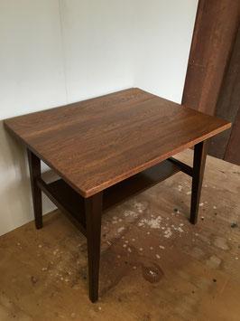 板目の木目が美しいナラ材のコーヒーテーブル