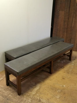 昭和レトロな待合室の木製ベンチ