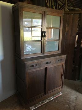 ゆらゆらすりガラスのレトロ食器棚