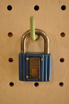 鍵穴隠しプレート付き!レトロな南京錠(30㍉・ブルー)