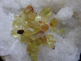 Petite pierre brute d'Apatite jaune
