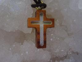 Croix en bois d'olivier fond blanc