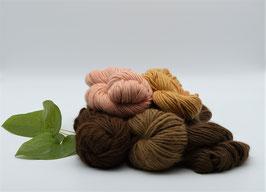 Alpacagarn in 3 Naturtönen und den pflanzengefärbten Farbtönen Rosa und Apricot, meliert