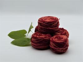 250g pflanzengefärbtes Schurwollflammgarn in warmen roten und rosa Farbtönen