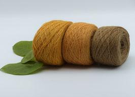 Feines pflanzengefärbtes Alpacagarn in harmonischen Ockertönen und Erdbraun