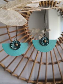 Demi lune bleu canard à reflets brillants sur turquoise
