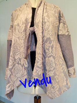 Veste en maille, recouverte de dentelle de laine, beige et grise