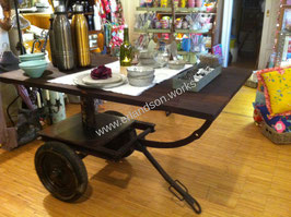 Tisch mit Holzplatte und Fahrgestell