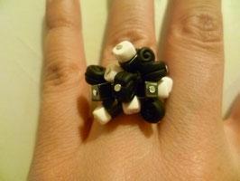 Anello bianco e nero con mini liquirizie