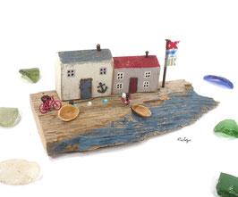 Treibholz - Häuser am Strand mit Booten