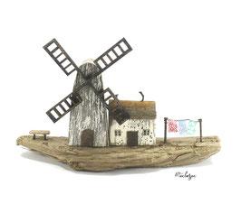 Treibholz - Windmühle mit kleinem Haus und Wäscheleine