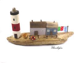 Treibholz - Leuchtturm, Fischerhäuser, Boot und Wäscheleine