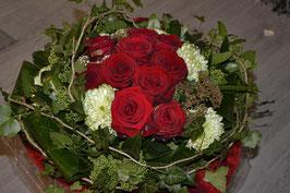Kompakter Strauß rote Rosen