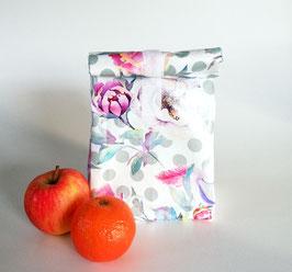 Romantisches Lunchbag mit Rosen aus beschichteter Baumwolle in weiß-rosa, mit Lebensmittel geeignetem Innenfutter, Handmade