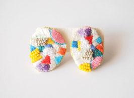刺繍のイヤリングkarafuru03