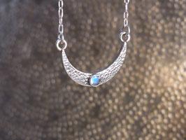MOON GODDESS Kette mit Halbmond (liegend) und Regenbogen-Mondstein, Silber