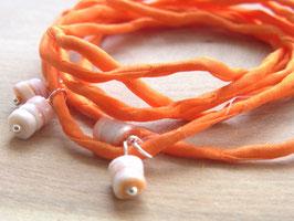 SUNNY BEACH Seidenarmband, orange Habotai-Seide mit Muschelplättchen