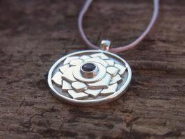 Kette mit handgeschmiedetem Kronenchakra Symbol Amulett mit Lotusblüte und Amethyst, Sterling Silber