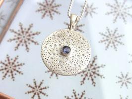 STARDUST  Kette mit rundem Amulett und Iolith, Silber