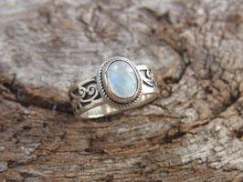 ANGELIC Ring mit Regenbogen Mondstein Cabochon