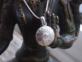 Kette Kronenchakra Symbol (Lotus mit OM) Anhänger, Sterlingsilber, handgeschmiedet mit fliederfarbigem Nylonband