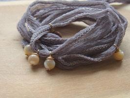 Chiffonseidenarmband mit Perlmutt - taupe