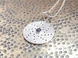 STARDUST  Kette mit gehämmertem Silberamulett und Iolith, mattes Silber