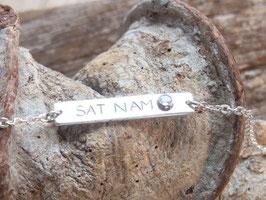 SAT NAM  - Silberarmband mit Mantra SAT NAM und Regenbogen-Mondstein - handgeschmiedet
