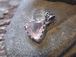 LOVE - Anhänger mit geschliffenem Rosenquarz Dreieck, Silber