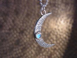 CRESENT MOON Halskette mit Halbmond (hängend) und Regenbogen-Mondstein, Silber