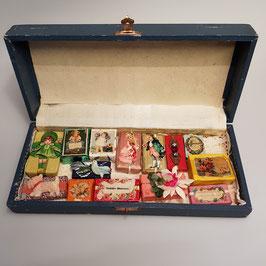 Schachtel mit Puppenstubenzubehör, Päckchen (Nr. 4)