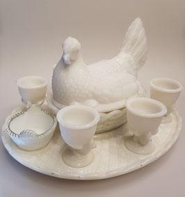 Huhn mit 6 Eierbechern und Salzschale