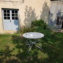 Schöner Gartentisch, uralt, mit Loch für Sonnenschirm