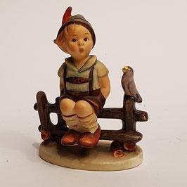 Hummel-Figur, Bub auf Bank, Rabe