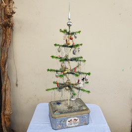 Federbaum, reich geschmückt, mit Blechdose