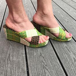 Sandales hautes à semelles compensées en tissu pagne