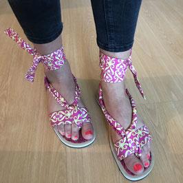 Sandales plates à lanières tissu pagne rose