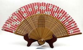 Eventail en soie et bambou Grandes Fleurs de Sakura et Arabesques sur fond rouge mat