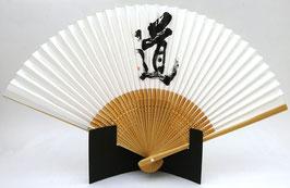 """Eventail papier Washi et bambou, Calligraphie """"Voie"""" (Michi) sur fond blanc"""