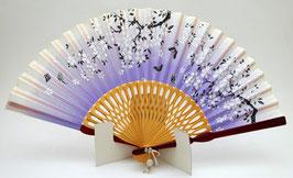 Eventail Sakura et papillon sur fond violet clair