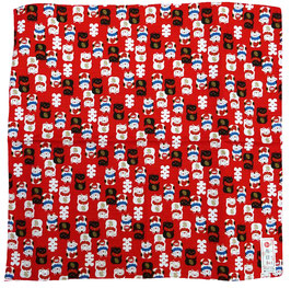 Furoshiki Maneki-Nekos blancs et noirs sur fond rouge