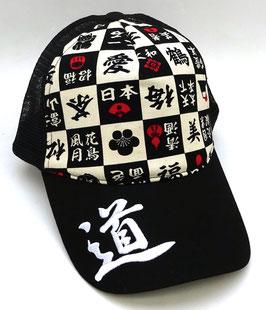 Casquette Kanjis et divers motifs japonais (Mont-Fuji, Saké, Eventails, Daruma, etc) sur fond noir (avec filet polyester)