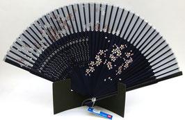 Eventail en soie et bambou Fleurs de Sakura sur fond bleu marine uni
