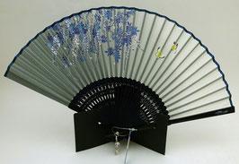 Eventail Petits Papillons et Végétation sur fond bleu pâle