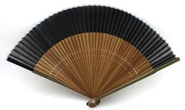 Eventail en soie et bambou (dominante noir et armature marron)