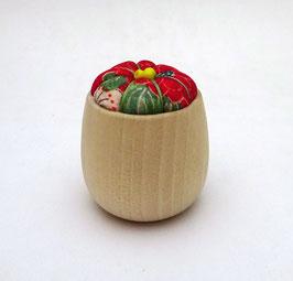 Coussinet à aiguilles, tissu chirimen et bois naturel (dominante rouge foncé)