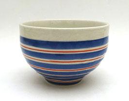 Bol avec alternance de lignes rouges et bandes bleues